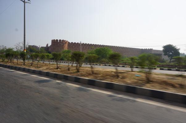 Opevnenie Fatehpur Sikri sa zjaví už z diaľky pri príjazde z Bharatpuru