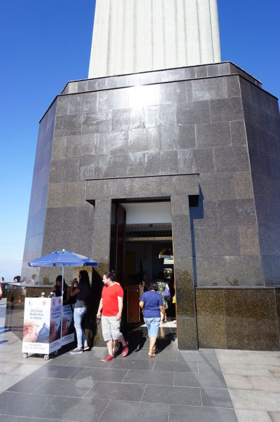 Pod Sochou Krista Vykupiteľa na vrchole hory Corcovado v Riu de Janeiro sa nachádza i malá kaplnka