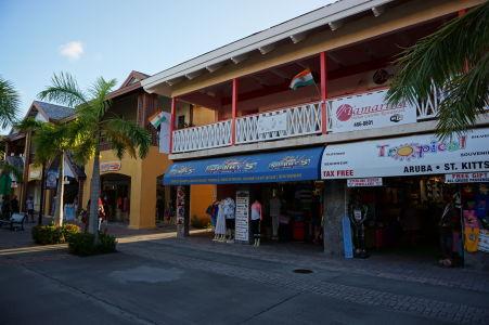 Obchody pri termináli výletných lodí v Basseterre