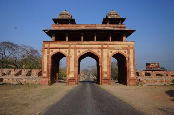 Naubat Khana (Dom bubnov) slúžiaca ako brána do kráľovského komplexu Fatehpur Sikri pri príchode od brány Agra Gate