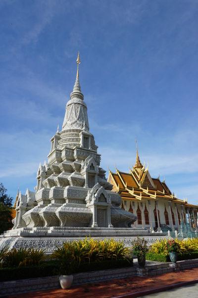 Stupa kráľa Suramaritha a za ňou Strieborná pagoda - Kráľovský palác v Phnom Penhu
