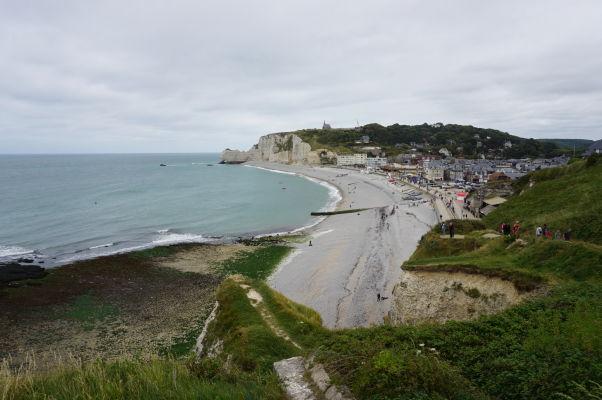 Pohľad na Étretat a pláž z útesu Aval