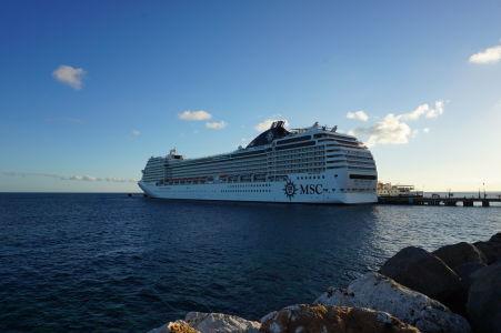 Výletná loď zakotvená pri móle v Basseterre