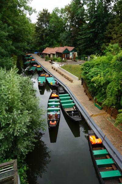 Lodˇky pre návštevníkov plávajúcich záhrad Les Hortillonnages v Amiens
