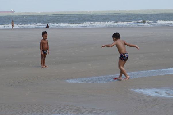 Deti hrajúce sa na pláži v São Luís