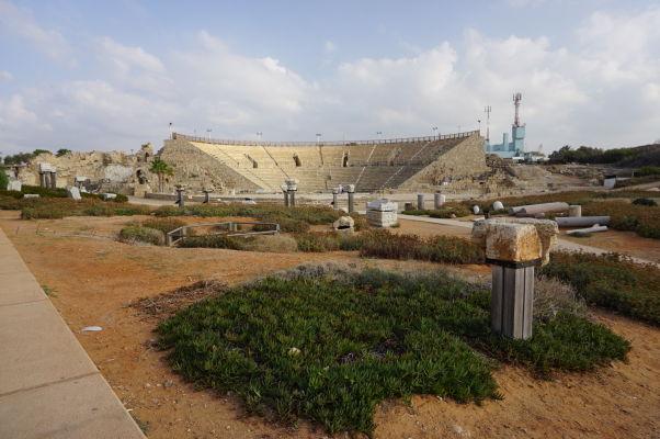 Zvyšky rímskych stĺpov v Caesarei, v pozadí rímske divadlo