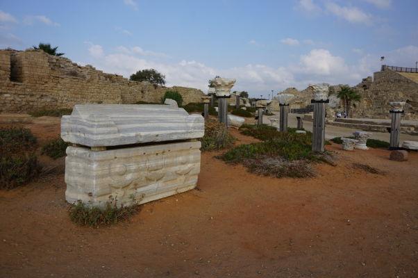 Zvyšky rímskych sarkofágov a stĺpov v Caesarei