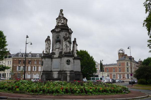 """Námestie maršala Joffreho (Place du Maréchal Joffre) s jeho sochou, za ktorou vpravo vidieť """"dom s vežou"""" Julesa Verna v Amiens"""