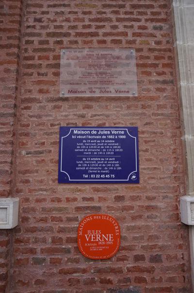 Dom s vežou v Amiens, v ktorom žil Jules Verne v rokoch 1882 až 1900 - tento fakt pripomína i pamätná tabuľka