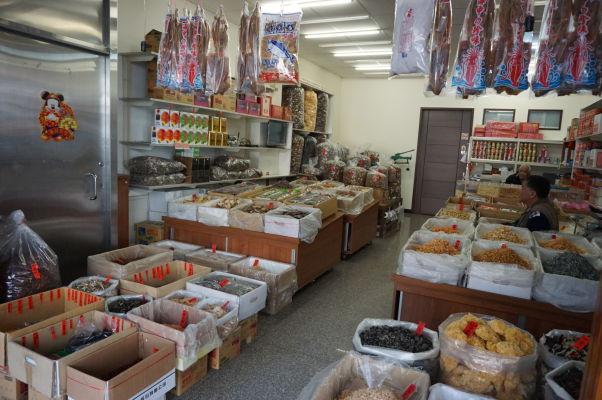 Obchod so sušenými rybami a morskými plodmi na ulici Dihua v Tchaj-peji