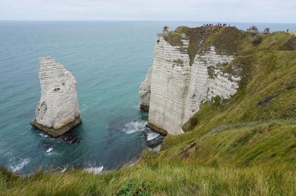 Útes Aval pri Étretate a skalisko L'Aiguille (Ihla), ktorú preslávil román Mauricea Leblanca, podľa ktorého je dutá a skrýva sa v nej poklad francúzskych kráľov