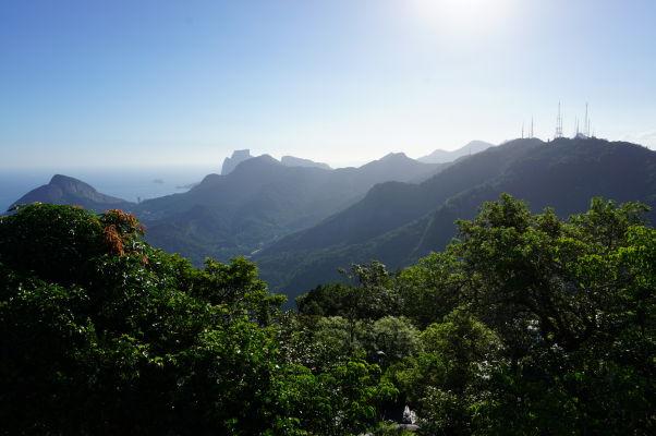 Výhľad spod sochy Krista Vykupiteľa na vrchole Corcovada v Riu de Janeiro