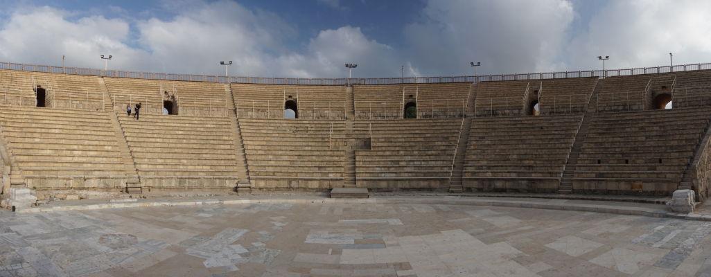 Antické divadlo so zrekonštruovaným hľadiskom (cavea) v Caesarei