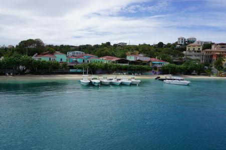 Brehy ostrova Saint John v hlavnom meste Cruz Bay