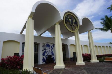 Vstup do múzea distilérky Bacardi - Netopier je symbolom firmy