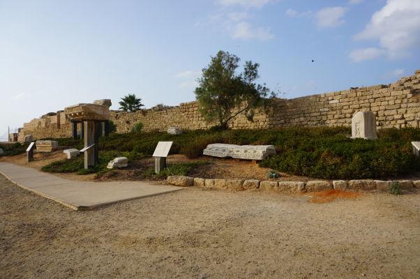 Zvyšky rímskych sarkofágov v Caesarei