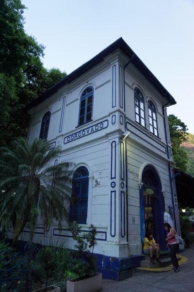 Stanica vláčika na hore Corcovado, kúsok pod Sochou Krista Vykupiteľa v Riu de Janeiro