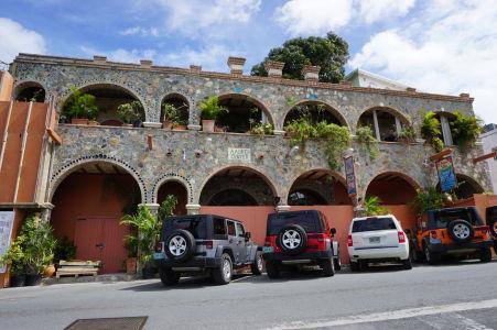 Na ostrove Saint John sa preháňajú predovšetkým terénne autá