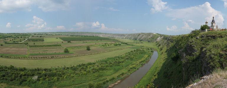 Zelené údolie Butuceni, riečka Raut a Kostol Panny Márie