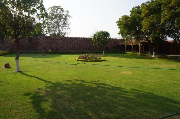 Trávnaté nádvore pri hlavnom paláci vo Fatehpur Sikri