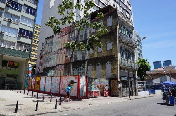 Umenie na stenách budov v štvrti Santa Teresa v Riu de Janeiro
