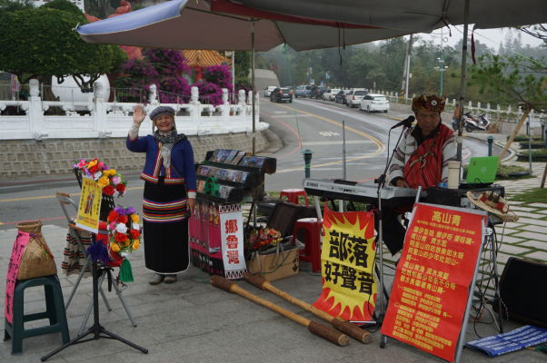 Hudobné vystúpenie potomkov pôvodných obyvateľov pred Chrámom Wenwu nad Jazerom Slnka a Mesiaca (Sun Moon Lake) na Taiwane