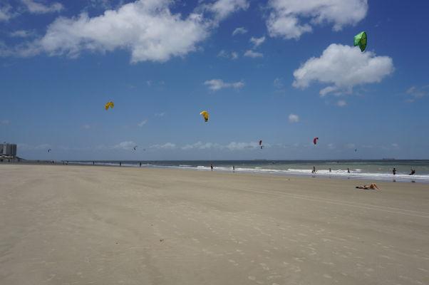 Kite surfing je na plážach v São Luís veľmi populárny
