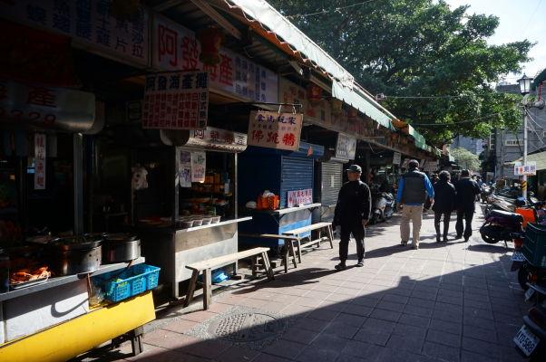 Stánky s jedlom v Tchaj-peji sú neoddeliteľným koloritom mesta