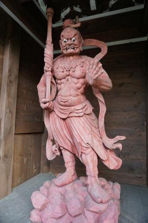 Drevený bojovník Nió strážiaci bránu niómon (Naraen Kongó s otvorenými ústami)