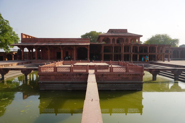 Tansen Čabutra (Tansen Chabutra) - jazierko na nádvorí Pačisi vo Fatehpur Sikri