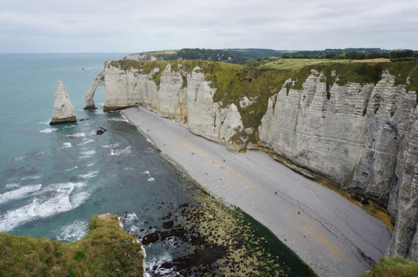 Útes Aval pri pohľade z útesu Manneporte, vľavo skalisko Ihla (L'Aiguille), preslávené v románe Mauricea Blanca, podľa ktorého sa v ňom skrýva poklad francúzskych kráľov