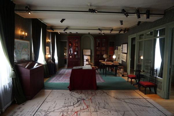 Pracovňa Julesa Verna v jeho dome v Amiens - na zemi je vidieť mapa z Cesty okolo sveta za 80 dní