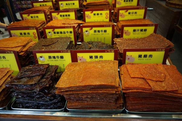 Sušené mäso v jednom z obchodov v historickom centre Macaa - na tento artikel tu narazíte často