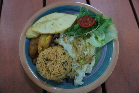 Typické jedlo na kreolský spôsob - ryba a ryža, doplnené banánmi a ananásom