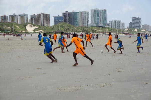 Futbal je však ešte populárnejší - na plážach v São Luís sa hráva pravidelne miestna liga