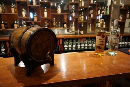 Múzeum v rumovej distilérke Bacardi - Ukážkový bar s rumom