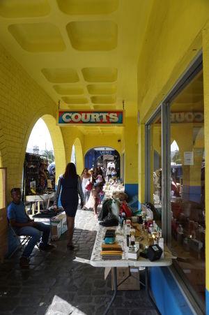 Domy v Kingstowne majú často arkády, v ktorých sú malé tržnice