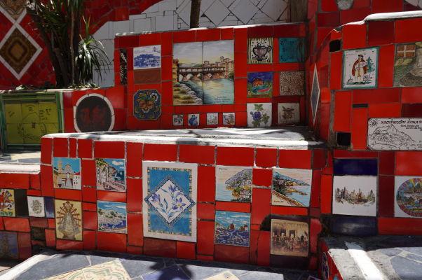 Selarónovo schodisko v Riu de Janeiru - dlaždice pochádzajú z rôznych krajín