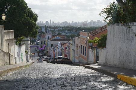 Staré a nové - koloniálna architektúra v Olinde a v pozadí výškové budovy Recife