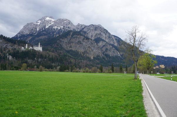 Príjazdová cesta Colomanstraße do Hohenschwangau a pohľad na úpätie Álp a miestne hrady - vľavo Neuschwanstein, vpravo Hohenschwangau