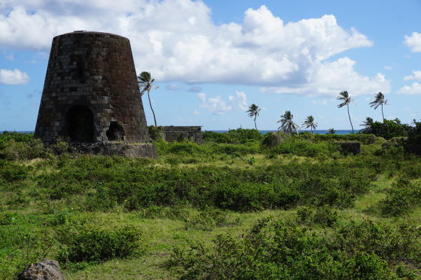 Ruiny veže opusteného cukrovaru na ostrove Svätý Krištof