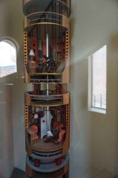 Raketa z knihy Cesta na Mesiac v dome Julesa Verna v Amiens - detail ukazuje interiér i postavičky