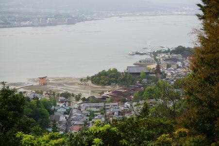 Pohľad na bránu torii a svätyňu Icukušima z hory Misen