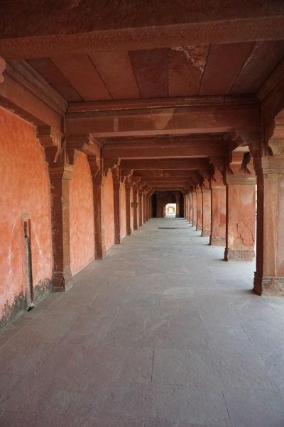 Jedna z kolonád na nádvorí Pačisi vo Fatehpur Sikri