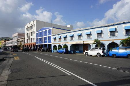 Jedna z hlavných ulíc Kingstownu - Bay Street