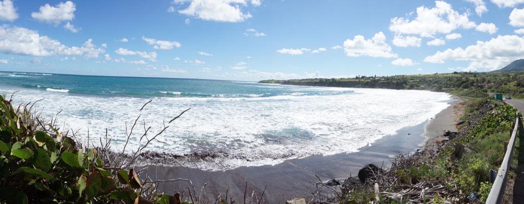 Pobrežie a pláž s čiernym pieskom na ostrove Svätý Krištof