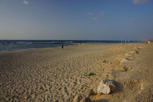 Pláž neďaleko antického vodovodu, ktorý privádzal zo severu vodu do Caesarey