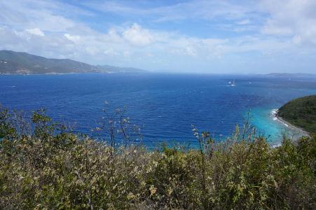 Haulover Bay z výšky - v pozadí vidieť ostrov Tortola