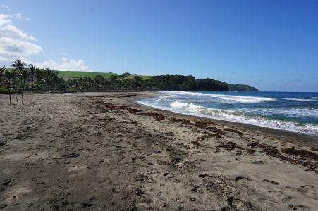 Pláž s čiernym pieskom v mestečku Sainte-Marie