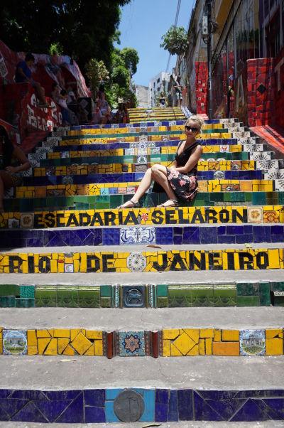 Turistka pózujúca na Selarónovom schodisku v Riu de Janeiru